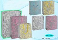 """Пакет бумажный подарочный """"Цветы на сером фоне"""" (в ассортименте; 40x30x12 см; арт. МС-3058)"""